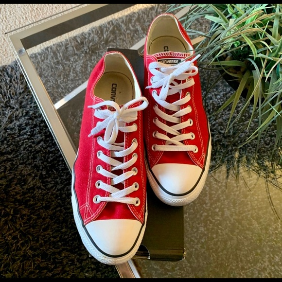 ✨Men's Red Converse size 10✨